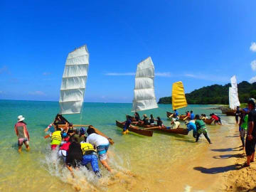 快晴の下、多くの住民らが帆かけサバニレースなどを楽しんだ「第3回干立ウニファー祭り」=2018年05月21日、竹富町西表島・前の浜