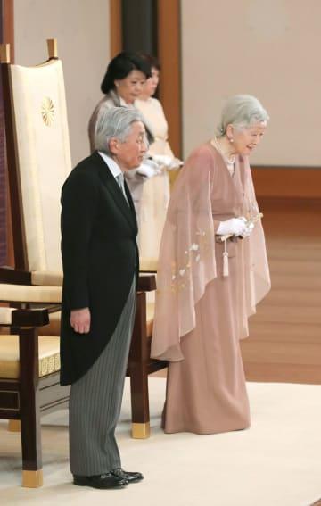 結婚60年の祝賀行事に臨まれる天皇、皇后両陛下=10日午前、皇居・宮殿「松の間」(代表撮影)