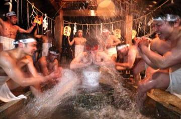 井戸に漬かり、激しく水を掛ける若衆たち(9日午後9時、滋賀県長浜市宮前町・長浜八幡宮)