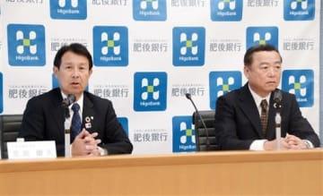 予想される復興需要の落ち込みを見据えた企業支援策について話す肥後銀行の笠原慶久頭取(左)=9日、熊本市中央区