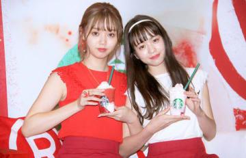 """""""ふたご飲み""""を披露した江野沢愛美さん(左)と横田真悠さん"""