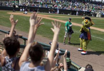 ファンにTシャツを贈るアストロズの球団マスコット=3月17日、米フロリダ州(AP=共同)