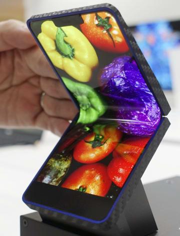 シャープが報道陣に公開した折り畳み式スマートフォンの試作品=10日午前、東京都内