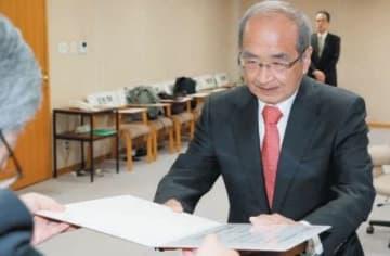 当選証書を受け取る広瀬勝貞氏