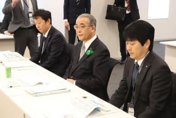 九州新幹線長崎ルート整備を巡る与党検討委に出席した中村知事(中央)=衆院第2議員会館