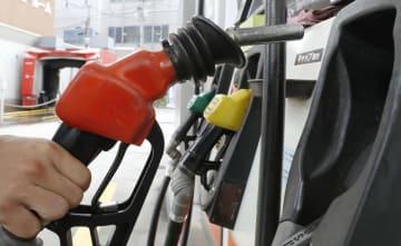 東京都内にあるガソリンスタンドの給油ノズル=2018年10月