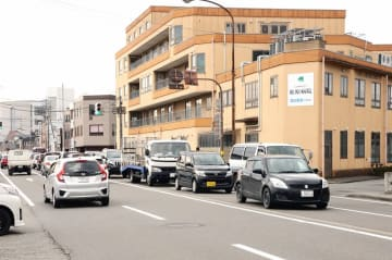 環状西線がクランク状となっている影響で、右折待ちの車で車線が滞る(右)フェニックス通り=福井県福井市文京1丁目