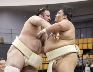 巡業で稽古をする栃ノ心(左)と御嶽海=10日、東京都八王子市