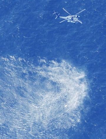 最新鋭ステルス戦闘機F35Aが墜落した海域付近を捜索する航空自衛隊のヘリ=10日午前9時51分、青森県沖(共同通信社機から)