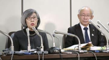 判決後に記者会見する高橋シズヱさん。右は宇都宮健児弁護士=10日午後、東京・霞が関の司法記者クラブ