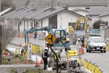 避難指示が解除になった福島県大熊町大川原地区の災害公営住宅(奥)周辺で行われる工事=10日午後