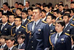 35歳でプロバスケ選手から警察官に転身。入校式に臨む菅原洋介巡査(中央)=県警察学校