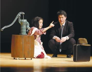 ヘレンを熱演する羽山さん(左)。サリバン役の男子学生と観客を魅了した
