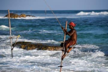 竹馬漁にいそしむスリランカの漁師