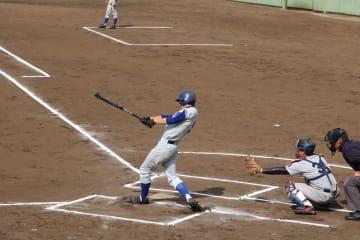 2安打を放ち打線を牽引した川﨑(経・4年)(写真は軟式野球部提供)