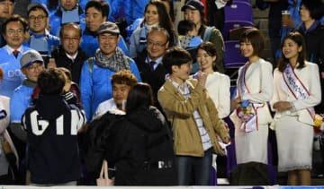 大邱のサポーター席で交流する、李副市長(左端の赤いネクタイ姿)と松井市長(右隣)。右の3人はフラワークイーン