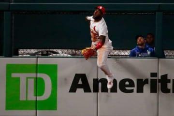 捕球を試みたカージナルスのマルセロ・オズナ【写真:Getty Images】