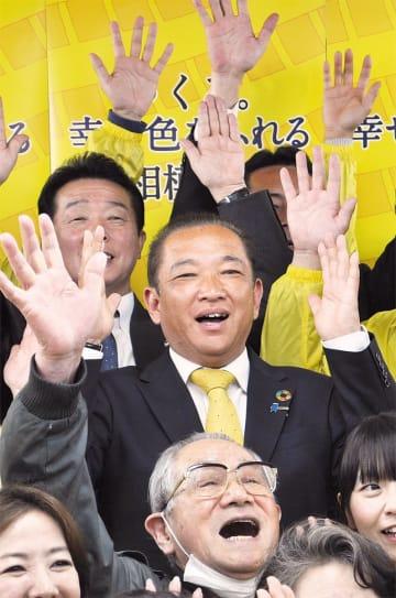 当確の報道を受け、支援者らと万歳で喜ぶ本村氏=7日、選挙事務所