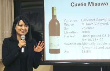 10日、アンカラで、甲州ワインを紹介する「中央葡萄酒」の三沢彩奈さん(共同)