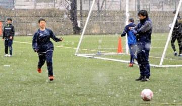 全国制覇を目指し練習に励む選手を見守る松本監督(右)