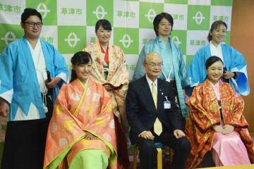 橋川市長(前列中央)を表敬訪問し、時代行列への抱負を語った出演者たち=草津市草津3丁目・市役所