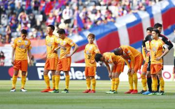 FC東京に敗れ、肩を落とす清水イレブン=味スタ
