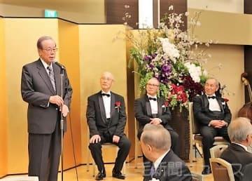 福田元首相(左)の祝辞に聞き入る(左2人目から)高橋さん、勝男さん、勉さん