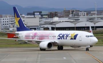 就航したスカイマークの「タカガールジェット」=11日午前、福岡空港