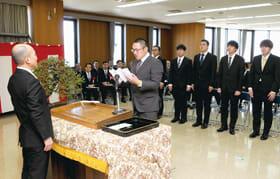 松本学院長(左)に誓いの言葉を述べる西山さん