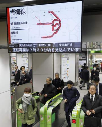 人身事故が起きたJR神田駅で、遅延を知らせる電光掲示板=11日午前7時32分