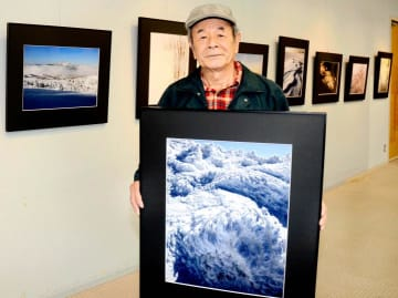 写真展「石鎚」への来場を呼び掛ける三浦さん