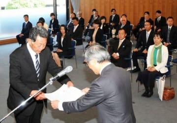 当選証書を受け取る新岡山県議