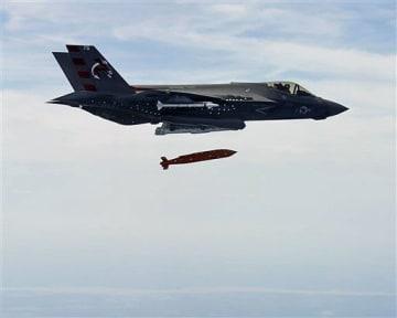 ソフトウエアのバージョンアップによって使用武器などの種類が拡大するF35A。大型の精密誘導爆弾を投下する同機(米空軍)