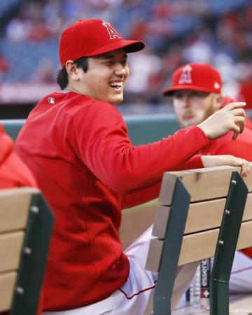 ブルワーズ戦の試合前、ベンチで笑顔を見せるエンゼルス・大谷=アナハイム(共同)