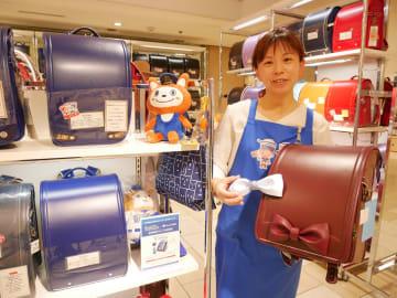装飾のリボンを付け替えられるタイプのランドセルも人気だ=横浜高島屋のランドセル売り場(横浜市西区)