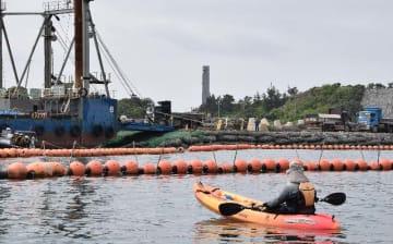 名護市辺野古沖の「K9」護岸で新基地建設に抗議する市民=11日午前10時半ごろ
