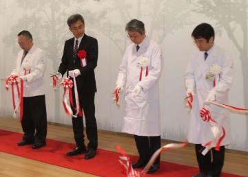 オープン式典でテープカットをする菅沼センター長(右)