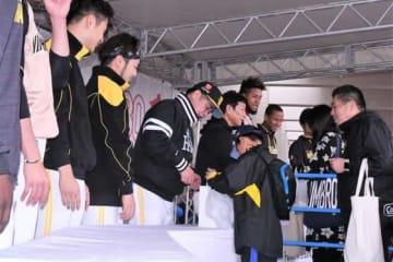 ソフトバンク、日本ハムの監督、選手たちが募金を呼びかけた【写真:藤浦一都】