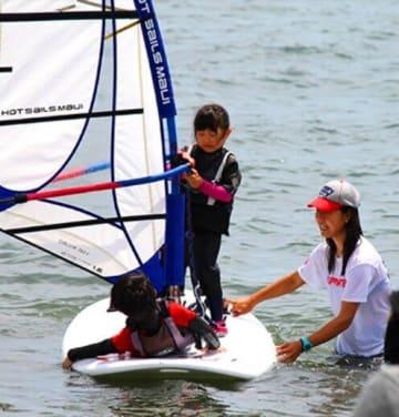 無料体験会に協力する津久井浜マリンスポーツ連盟主催のウインドサーフィン教室の様子(W杯実行委員会提供)