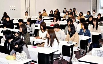 講座「現代社会の女性学」を受講する学生