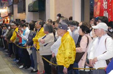 投開票日を前に、政党幹部の最後の訴えに耳を傾ける聴衆=6日、鎌倉市内
