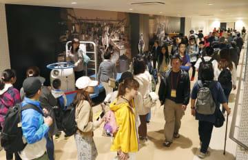 2018年10月、一般客の見学が始まり混雑する豊洲市場=東京都江東区