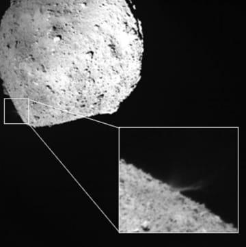 はやぶさ2から分離したデジタルカメラが鮮明に捉えた、命中した金属弾により小惑星りゅうぐうから岩石が噴出する様子。右下は、左上の画像の四角部分を拡大し、180度回転させたもの(JAXA提供)