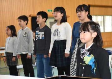 笛水小中学校で5年ぶりの新入生となった谷畑さん(右)と小学部の在校生5人
