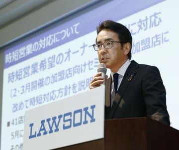 決算発表で時短営業の対応などについて説明するローソンの竹増貞信社長=11日午後、東京都中央区