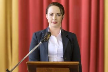 ロシア・ウスチイリムスクの市長就任式に臨むアンナ・シェキナさん=11日(共同)