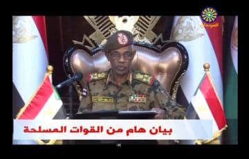 11日、声明を発表するスーダンのイブンオウフ国防相(スーダン国営テレビ・ロイター=共同)
