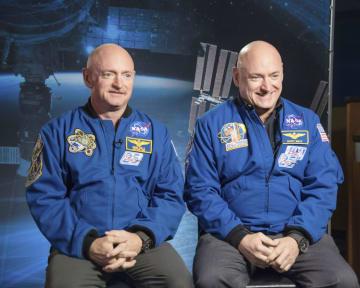 国際宇宙ステーションに1年間滞在したスコット・ケリーさん(右)と、地上で過ごした双子のマークさん(NASA提供・共同)