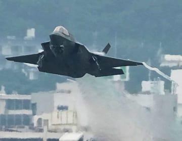 爆音を響かせて離陸するF35B=11日午後4時45分、普天間飛行場(古謝克公撮影)