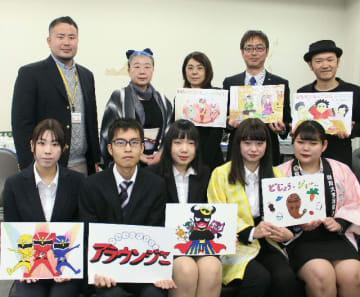 食育をテーマにした紙芝居を手掛けた学生やイベント企画会社の関係者ら=県庁